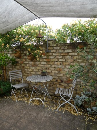 Aggie's Bed and Breakfast: Courtyard/Garden