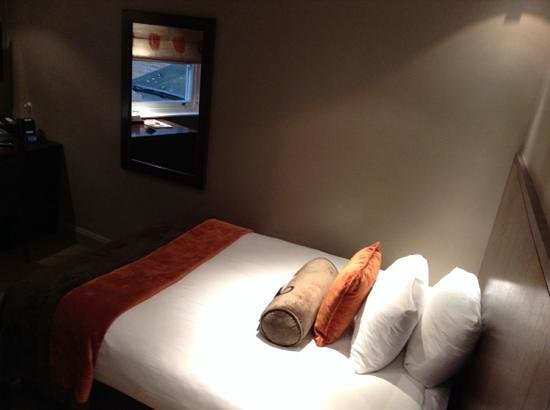 Radisson Blu Edwardian Sussex Hotel: Room from doorway