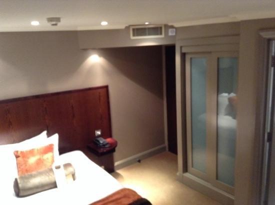 Radisson Blu Edwardian Sussex Hotel: Room from under television