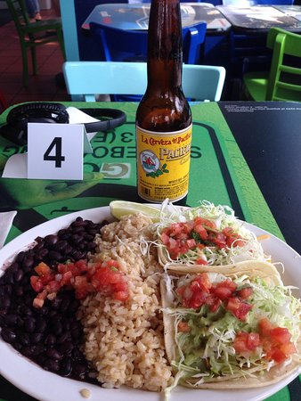 Wahoo's Fish Tacos: Last cheap date fish taxis and a beer!