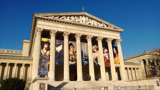 Place des Héros : Museu de Arte