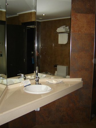 Sandos Monaco Beach Hotel & Spa: The bathroom was large and had a good shower.