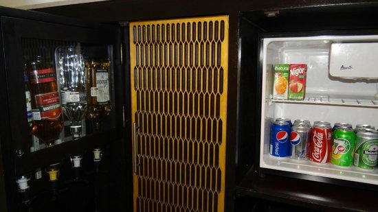 Playacar Palace: fully stocked bar and refrigerator