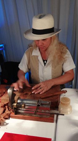 Playacar Palace: Rolling cigars at the reception