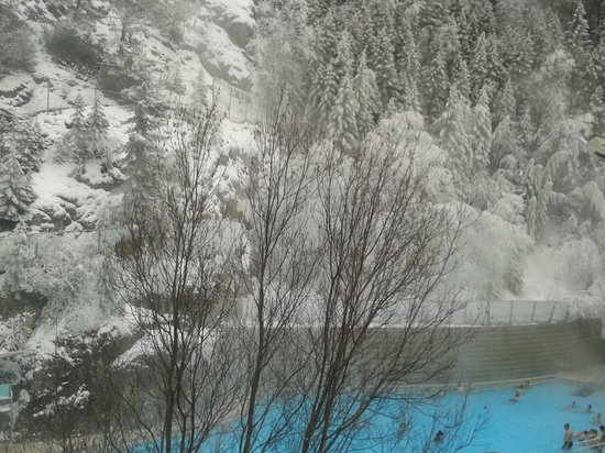 Radium Hot Springs: Relax in the snow