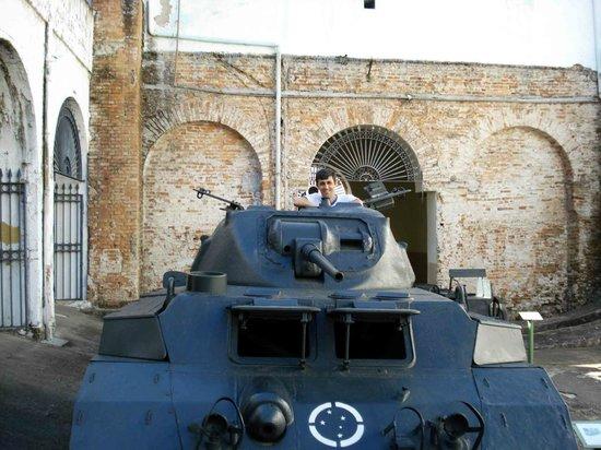 Military Museum: Pode-se acessar o interior dos veículos para fotos
