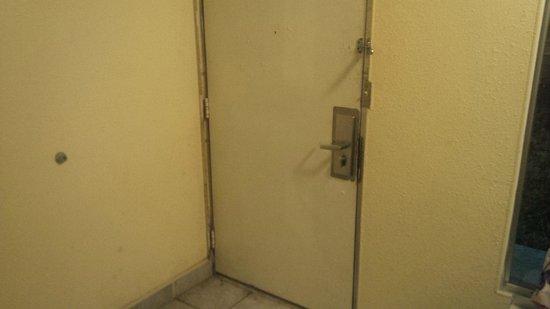 Airport Inn: High Security One Tap and Door Is broken