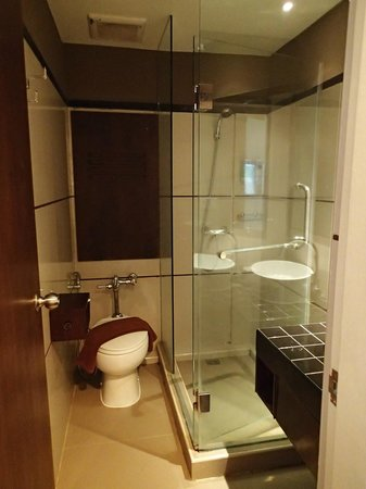 Hotel M Chiang Mai: Bathroom (Standard room) - narrow & pokey