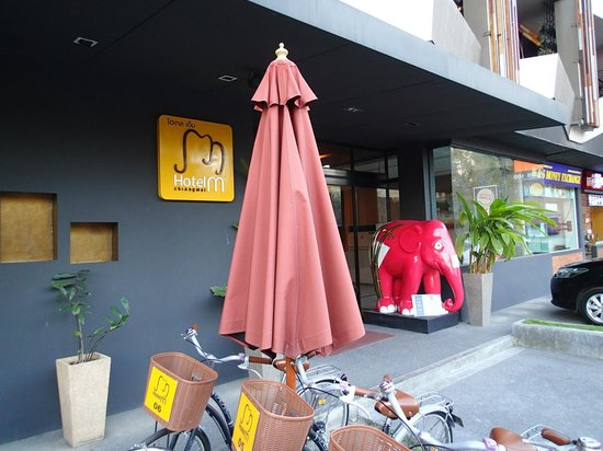 Hotel M Chiang Mai: Hotel entrance, Moonmuang Road
