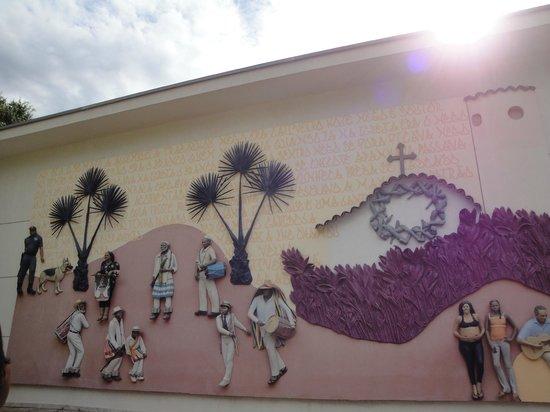 """Brumadinho, MG : Mural escultórico """"Abre a Porta"""" , de John Ahearn e Rigoberto Torres."""