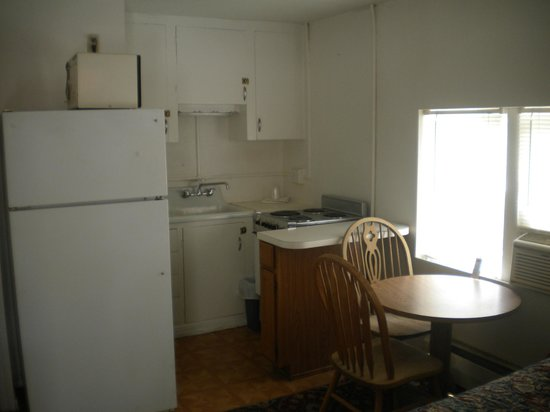 Riverside Motel: kitchenette