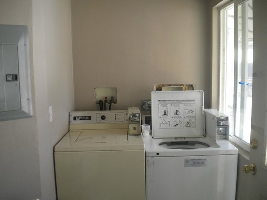 Riverside Motel: laundry room on site