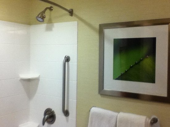 Courtyard Hagerstown: Spacious, clean bathroom
