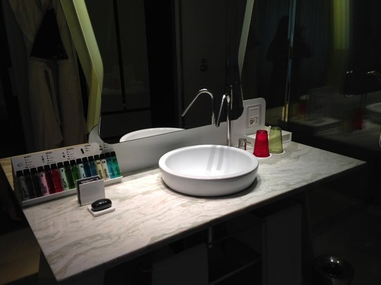 Boscolo Milano, Autograph Collection: Sink with lotions, soaps and shampoos