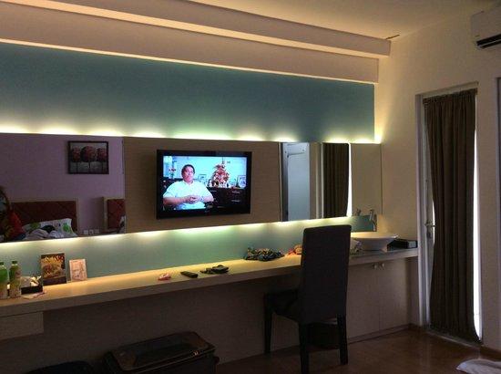 Hotel Gunawangsa Manyar: lcd tv on mirrored panel wall