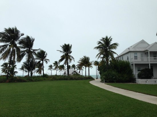 Tranquility Bay Beach House Resort: Walking on the grounds toward the beach and Tiki Bar