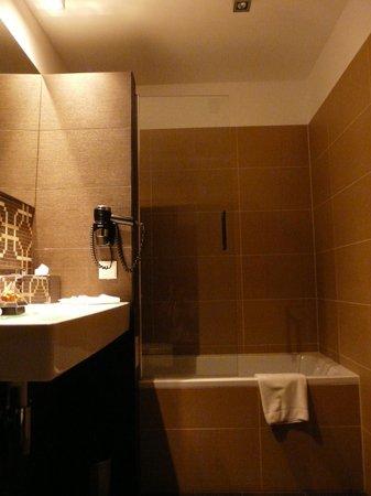 Continental Hotel Budapest: Bath tub