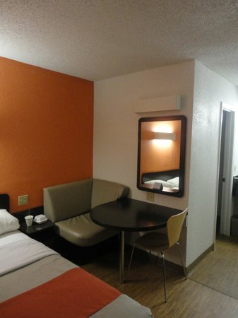 Motel 6 Boerne: Double Bed and Work Table