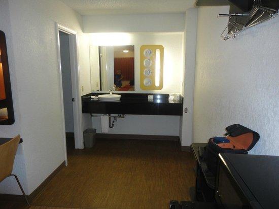 Motel 6 Boerne: Bathroom Area