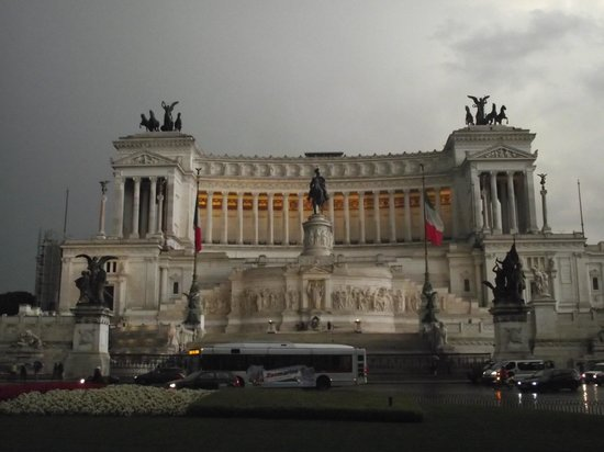 Monument à Victor-Emmanuel II : Monumento a Vittorio Emanuele II visto da Piazza Venezia ao entardecer