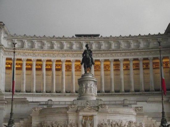 Monument à Victor-Emmanuel II : Estátua equestre de Vittorio Emanuele em frente ao Monumento que leva seu nome