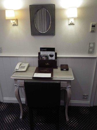 Hotel Prinsenhof Bruges: Prinsenhof_Phone & Notebook Console