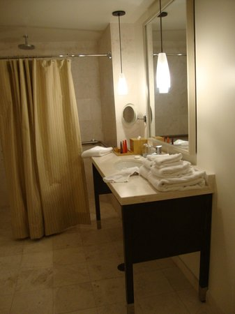 Kimpton EPIC Hotel : Banheiro espaçoso, confortável.