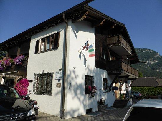 Gästehaus Brigitte: Front/side of hotel