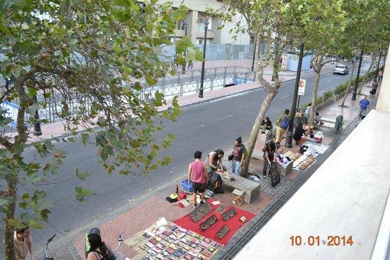 H Rado Hostel : Artesãos em frente ao hostel
