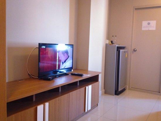 Lemontea Hotel: Need 2 remotes to control tv