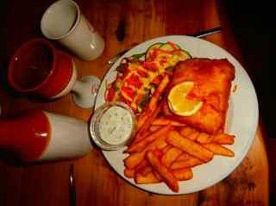Settler's Restaurant: Fish & chips.  Note ceramic glasses