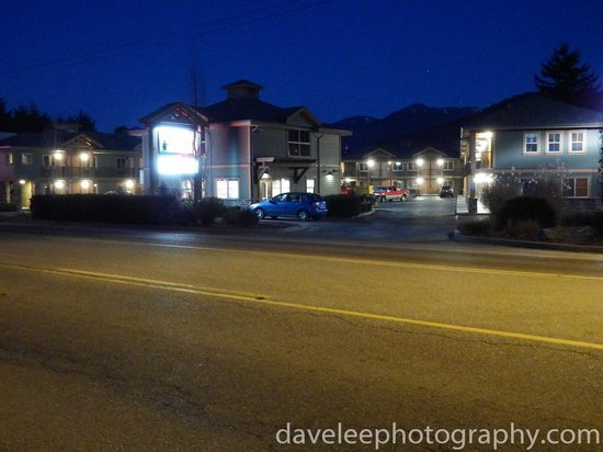 Vedder River Inn: The Hotel from the Street