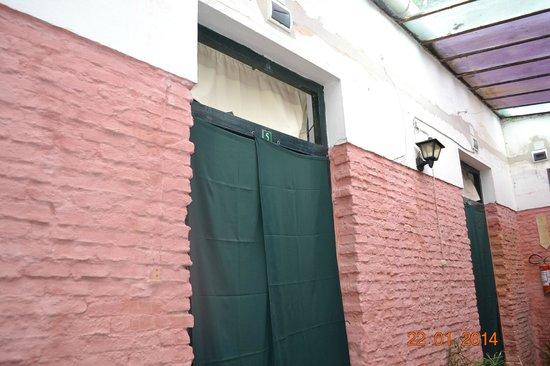 Hostel El Espanol: Porta da Habitação com as cortinas
