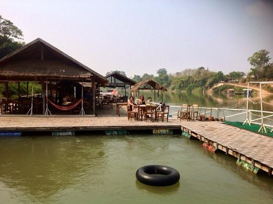 Rivertime Resort and Ecolodge: the floating restaurant, great time but needs attention!