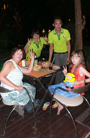 Citin Garden Resort: Enjoying the wonderfujl bar staff whilst dining