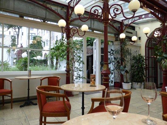 Altwienerhof: Reception view looking on to courtyard