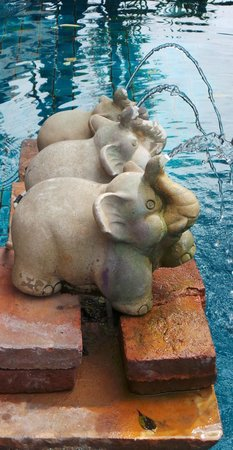 Citin Garden Resort by Compass Hospitality: the elephant statues on the pool