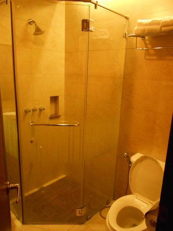 Century Hotel Angeles City: bathroom