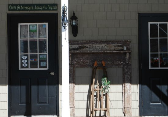 Little Main Street Inn: Front entryway
