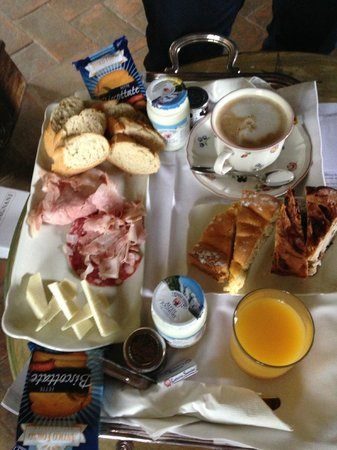 Castellare De' Noveschi: breakfast! (huge)