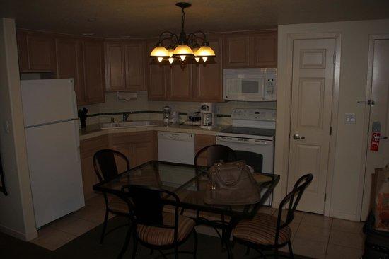 San Luis Bay Inn: Kitchen and Dining