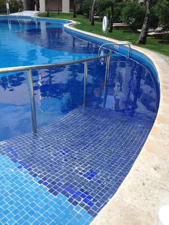 Excellence Riviera Cancun: wheelchair/ disabled access to pool by building 6