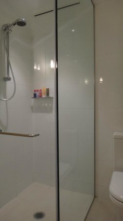 SKYCITY Grand Hotel: Bathroom - room #2126
