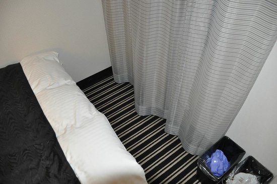APA Hotel Ginza Kyobashi: Extra little space at the end of the bed for luggage