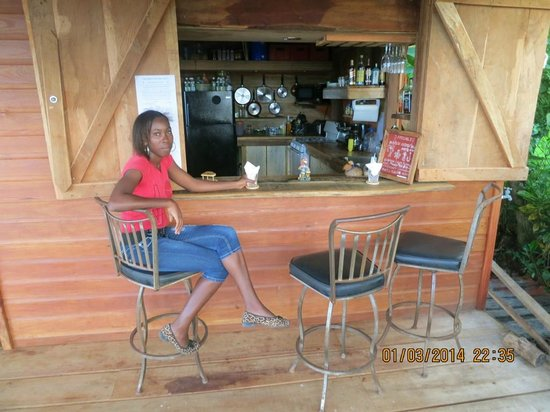 Peanut Farm Bungalow : The outside covered bar