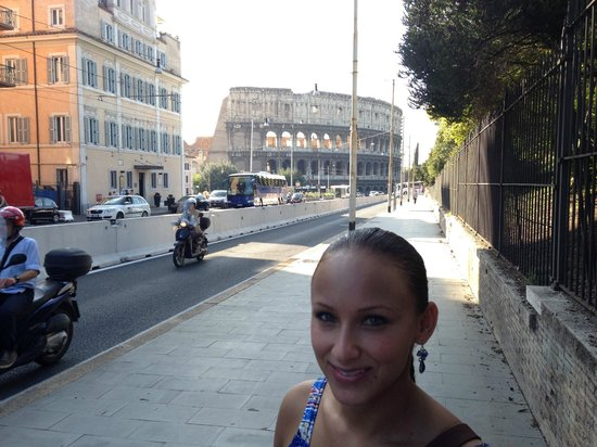 Hotel Ginevra: 10 minute or less walk, down the street to the Coliseum.  So close!