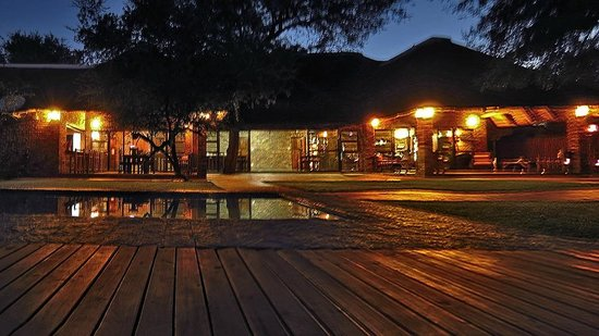 Gomo Gomo Game Lodge: The lodge has such a rustic feel of an evening with oil lamps lighting the entrance and paths