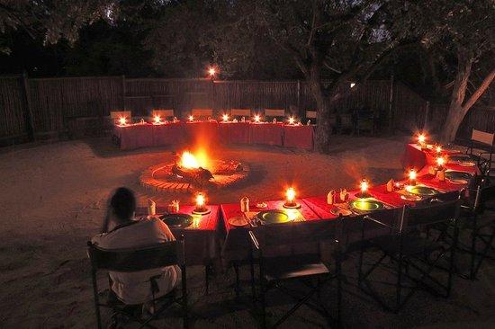 Gomo Gomo Game Lodge: Outdoor evening meals