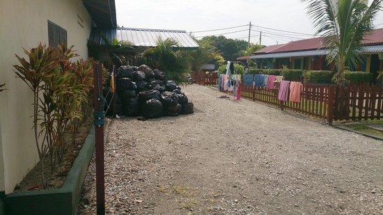 Rainbow Lodge: Müllberg vor dem Bungalow
