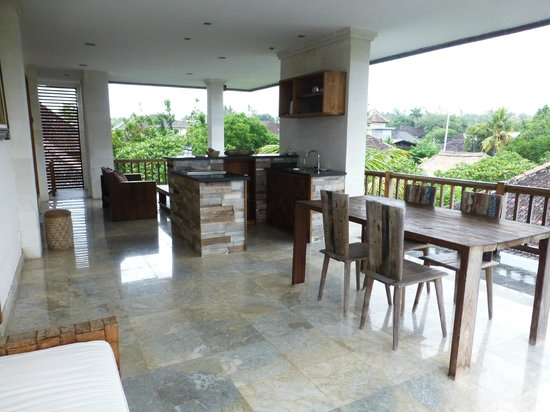 Sri Ratih Cottages: outside private dining area and kitchen/wet bar